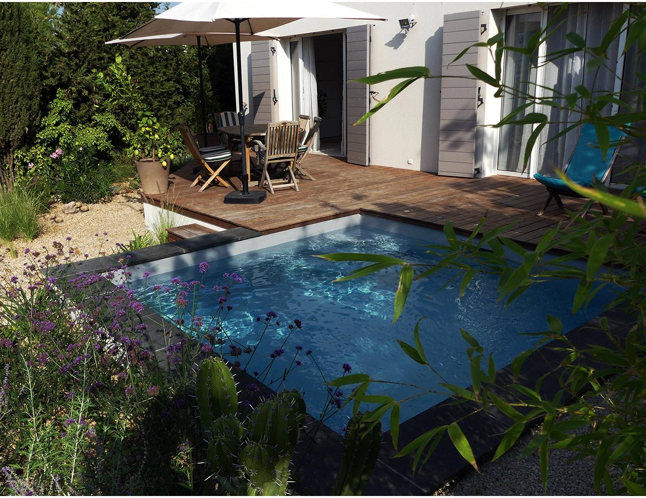 Jardin cologique luxuriant micro piscine carr e en for Ambiance jardin paysagiste