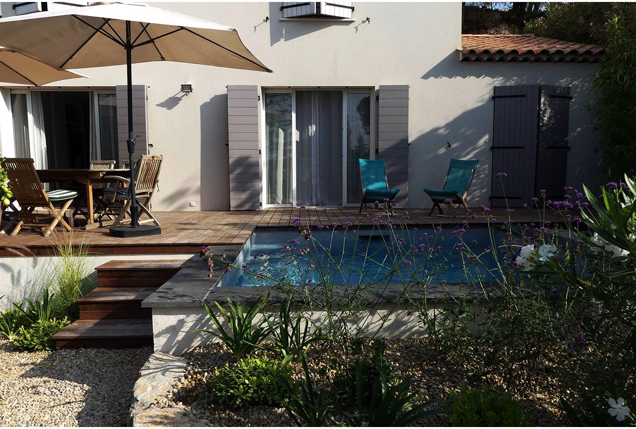 Atelier Naudier - Architecte paysagiste concepteur - Montpellier & Aix en Provence - Micro piscine carrée - JARDIN LUXURIANT FLEURI - aménagement jardin