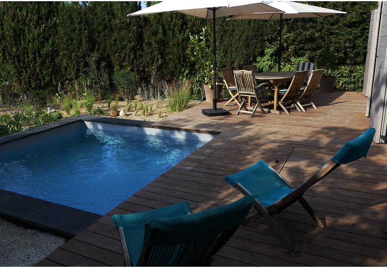 Terrasse bois et piscine carrée design - Architecte paysagiste concepteur Montpellier