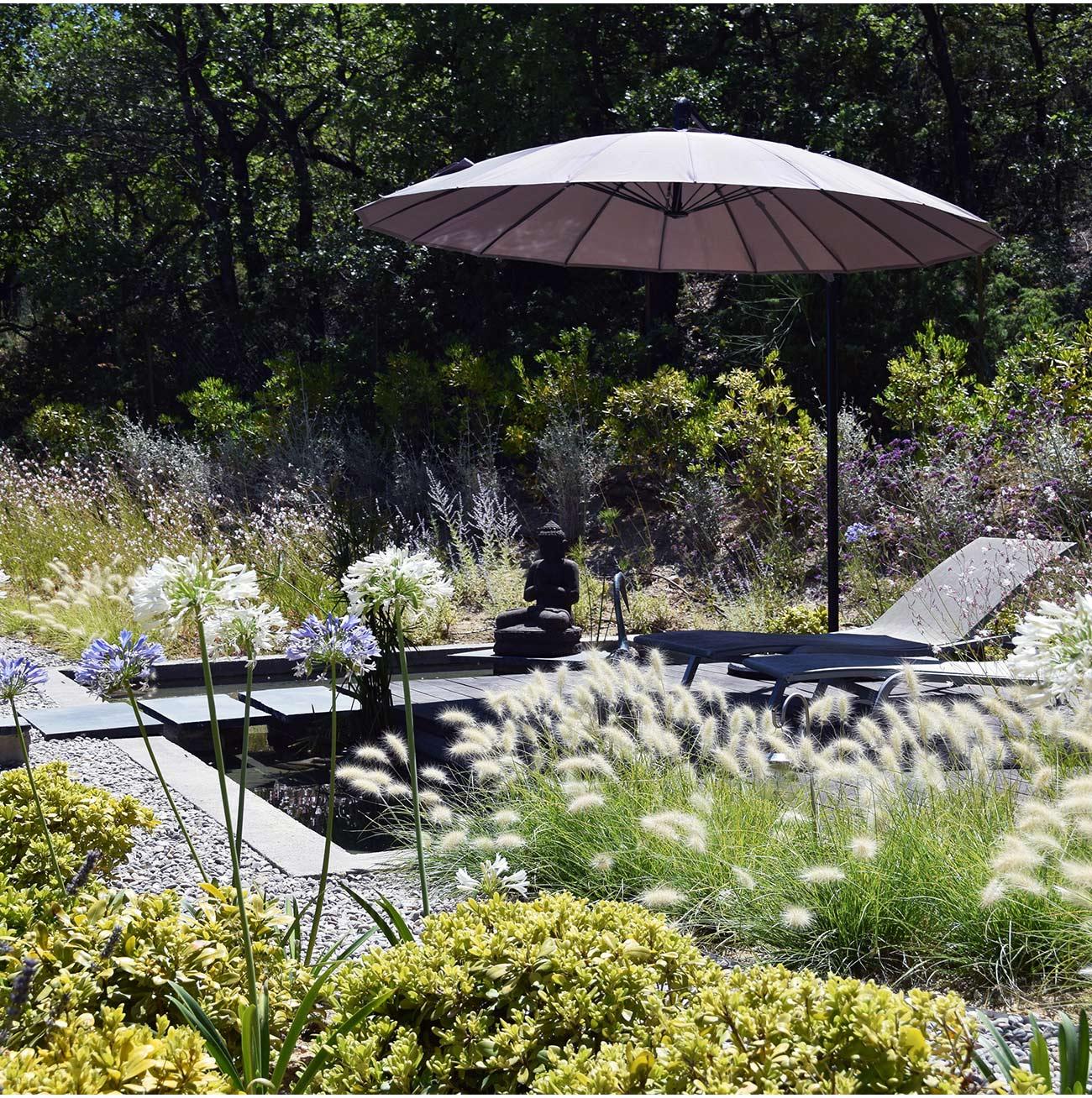jardin graphique surplombant une piscine relook e. Black Bedroom Furniture Sets. Home Design Ideas